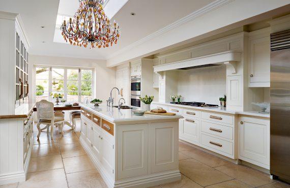 english-classic-kitchen-interer-stolovaia-kukhnia